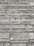 Старая серая лестница Лестница старых серых кирпичей, винтажное Stairc стоковое изображение rf