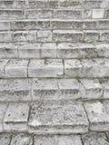 Старая серая лестница Лестница старых серых кирпичей, винтажное Stairc стоковые изображения rf