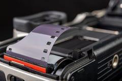 Старая сетноая-аналогов камера и черно-белый новый фильм Аксессуары для сетноой-аналогов фотографии на темной таблице стоковое изображение rf