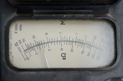 Старая сетноая-аналогов стрелка индикатора стоковая фотография rf