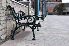 Старая скамейка в парке стоковое изображение