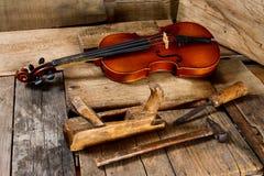 Старая скрипка в мастерской Стоковое фото RF