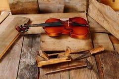 Старая скрипка в мастерской Стоковые Фото