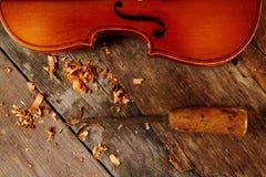 Старая скрипка в мастерской стоковое фото