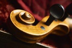Старая скрипка в славном случае стоковые изображения