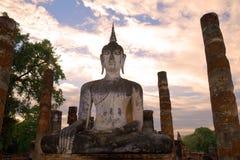 Старая скульптура сидя Будды близкого вверх на заходе солнца Исторический парк города Sukhothai, Таиланд Стоковое Фото