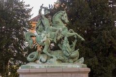 Старая скульптура St. George и дракона Стоковое Изображение