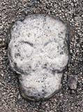 Старая скульптура камня черепа врезанная в земле суда на руинах Coba майяских, Мексики шарика Стоковая Фотография RF
