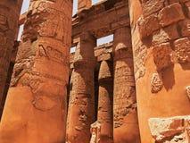 Старая скульптура короля или фараона безглавых, расположенная среди столбцов Стоковые Фотографии RF