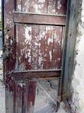 Старая сломанная дверь с padlock стоковые фотографии rf