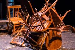 старая сломанная мебель Куча деревянного краха стульев antique Стоковая Фотография