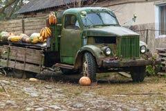 Старая сломанная тележка на ферме Стоковые Фотографии RF
