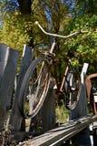 Старая смертная казнь через повешение велосипеда на загородке Стоковые Изображения