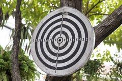 Старая смертная казнь через повешение доски дротика на дереве стоковое фото rf