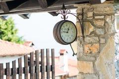 Старая смертная казнь через повешение часов на стене в деревне на platamonas Стоковые Фото