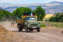 Старая советская тележка управляя на местной дороге в Казахстане Стоковые Изображения