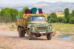 Старая советская тележка управляя на местной дороге в Казахстане Стоковые Изображения RF