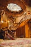 Старая спиральная деревянная лестница с винтажными перилами внутри помещения роскошь высекла деревянный интерьер в зале великород стоковое изображение