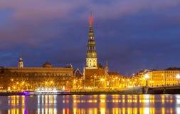 Старая средневековая башня церков - церковь лютеранина St Peters в Риге, Латвии стоковое фото