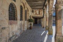 Старая средневековая галерея окружая главную площадь города Medinaceli Сория Кастилия и Леон Испания стоковые изображения rf