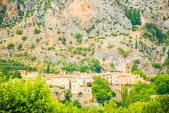 Старая средневековая деревня Moustiers Sainte Мари, Провансаль, Verdo стоковое изображение