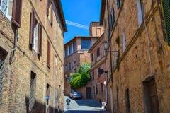 Старая средневековая улица в середине Сиены, Италии стоковые фотографии rf