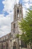Старая средневековая английская церковь с башней с часами Стоковая Фотография RF