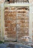 Старая средневековая деревянная дверь мать 2 изображения дочей цвета Стоковая Фотография RF