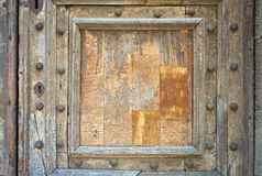 Старая средневековая деревянная дверь мать 2 изображения дочей цвета Стоковые Изображения RF