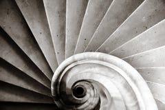 Старая средневековая лестница винта в замке Стоковые Фотографии RF