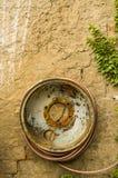 Старая стальная оправа как вьюрок шланга стоковые фотографии rf