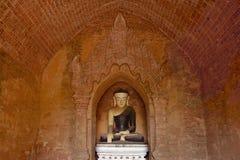 Старая статуя Будды внутри буддийского виска в Bagan, Мьянме Стоковая Фотография RF