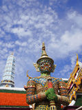 Старая статуя гигантского попечителя на грандиозном дворце в Бангкоке Стоковое фото RF