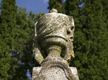 Старая статуя могильного камня урны Стоковые Изображения