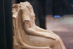 Старая статуя на музее Луксора - Египте стоковые изображения rf