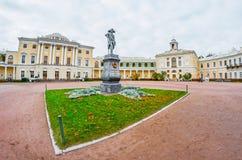 Старая статуя Пола в квадрате перед дворцом в городе Павловска Стоковые Изображения RF