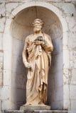 старая статуя St Peter камня на Assisi Марше Италии стоковая фотография