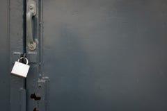 Старая стальная дверь закрыла с padlock стоковые фото