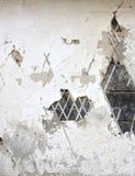 Старая стена гипсолита с треснутым гипсолитом и старые журналы Стоковое фото RF