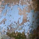 Старая стена гипсолита с затрапезной треснутой голубой краской Стоковое Фото