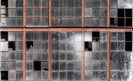Старая стена здания с пакостным сломанным стеклом окон Стоковые Изображения
