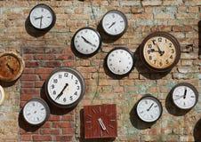 Старая стена, и часы улицы на кирпичной стене Справочная информация Стоковое Изображение RF