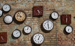 Старая стена, и часы улицы на кирпичной стене Справочная информация Стоковая Фотография RF