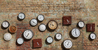 Старая стена, и часы улицы на кирпичной стене Справочная информация Стоковое Фото