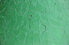 старая стена на автобусной остановке, покрашенная зеленая краска na górze плиток плакирования Стоковое Фото
