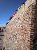 Старая стена на переднем плане стоковые фотографии rf