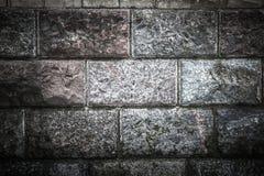 Старая стена от мраморных блоков покрытых с мхом Стоковое Изображение RF