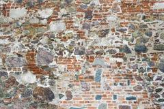 Старая стена средневекового замка сделанная красных кирпичей и камня Стоковые Изображения RF