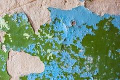 Старая стена с богатой текстурой треснутой голубой и зеленой краски Стоковые Фотографии RF