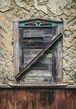 Старая стена с закрытым окном штарок Стоковое Фото